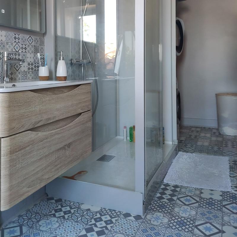 déco salle de bain liège et carreaux de ciment
